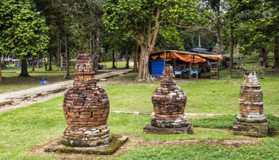 semestinya foto stupa ini lebih keren kalau tidak tampak gemerlap warna warni merah hijau itu