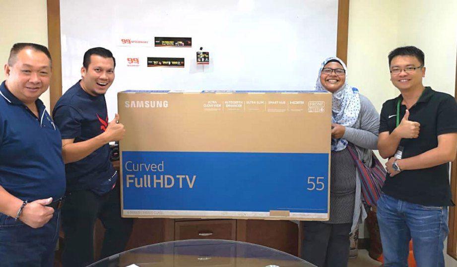zarina dan mohd abdul rahim dua dari kiri menang televisyen anjuran pasar raya