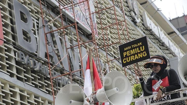 pendemo membawa poster dalam aksi tolak pemilu 2019 curang di depan gedung bawaslu jakarta pusat